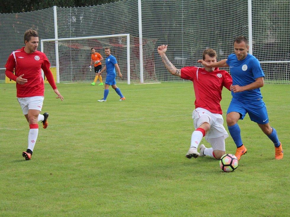 Tuchlovice (v červeném) prohrály doma s Hvozdnicí 0:1.