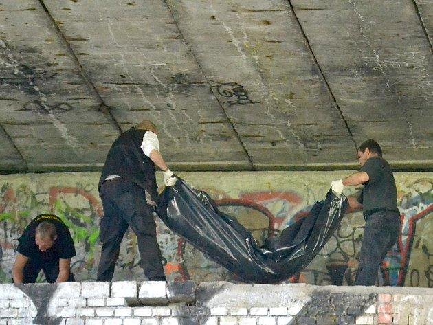 Mrtvola zatím neznámého muže pod mostem.