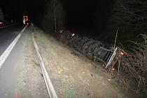 Opilý řidič se i s kamionem zřítil ze svahu.