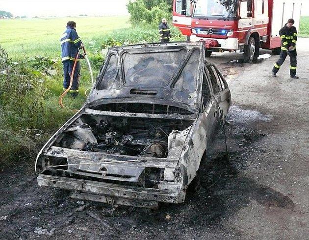 Po žháři zůstal třeba zničený automobil.