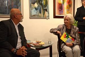 Z vernisáže prodejní výstavy obrazů výtvarnice Daniely Hahnové v Galerii Ikaros ve Slaném.