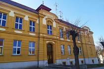 Základní škola Smečno je zavřená, stejně jako stovky dalších v republice. Foto: Jiří Kraus