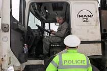 POLICISTÉ KONTROLOVALI dodržování pravidel silničního provozu a především se zaměřili na nákladní a autobusovou dopravu.