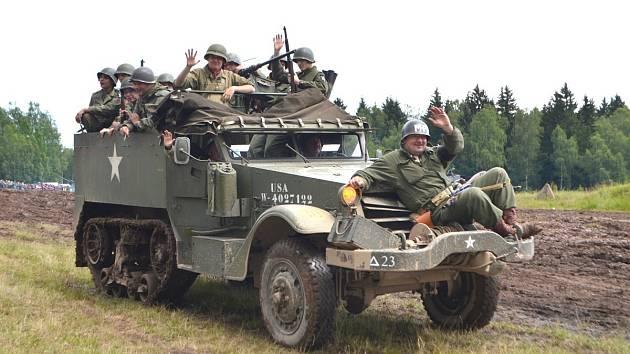 AMERIČANÉ  zdraví členy Československé obce legionářské Kladno.