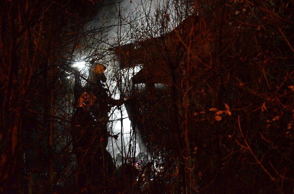 Zahradní chatka ve Slaném lehla popelem.