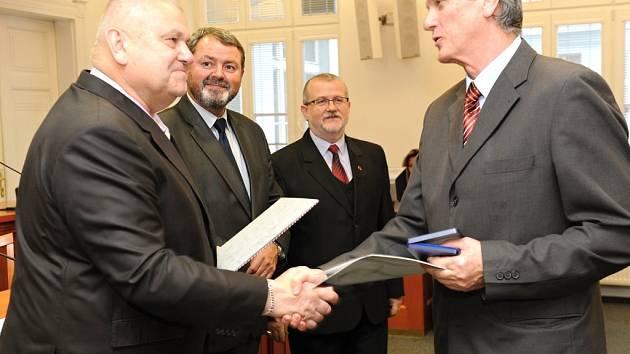 ĽUDOVÍT ŠIKORSKÝ (vpravo) přebírá plaketu a pamětní list z rukou středočeského hejtmana Miloše Petery.