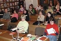 Studovna Středočeské vědecké knihovny v Kladně byla při besedě zcela zaplněna. Někteří zde nad tématem stavby obchodního komplexu strávili čtyři hodiny.