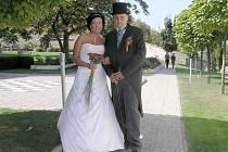 Manželé Martina a Ivo Barochovi ze Stochova si své ano řekli 9.9.2009 v zámecké zahradě v Kladně.