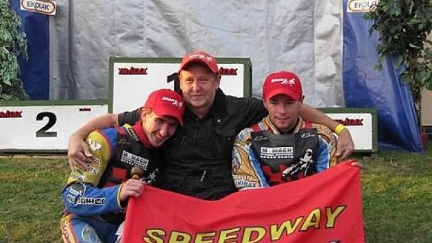 Manažer AK Slaný Milan Mach (uprostřed) hrdě  objímá své svěřence –  Martina Málka (vlevo) a Karola Zabika. Oba borci v Březolupech získali titul mistrů republiky dvojic.