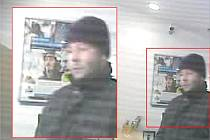 Na fotografiích pořízených záznamovým kamerovým  systémem je vidět podezřelý muž.