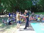 Děti viděly práci služebního psa, také si prohlédly vybavení strážníků.