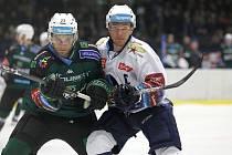 Hokejová extraliga, Kladno (v bílém) hostilo druhé Karlovy Vary. Jakub Strnad (vpravo) a Vladimír Eminger