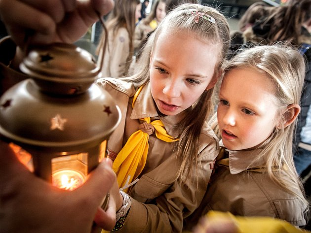 Plamínek dovezený z rodiště Ježíše Krista si je možné připáliti na Kladensku a Slánsku.