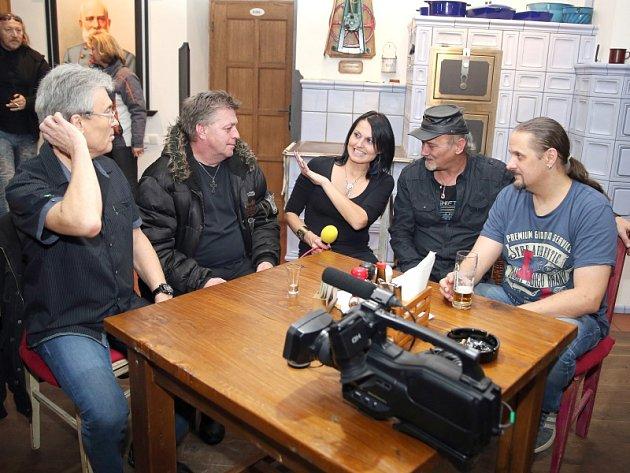 Koncert Miki Ryvoly a Gladly S.W. v Braškově.