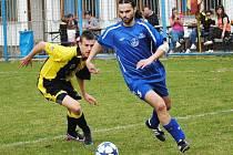 Návrat stopera Vladimíra Dufka (vpravo) do sestavy fotbalistům Velké Dobré prospěl. tady je v důležitém utkání v Lánech.