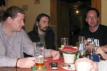 Kladenský Fanklub HC Kladno se zlobí na představitele magistrátu, že je nepozvali k jednáním o projektu rekonstrukce ČEZ stadionu. Zleva sedí Hynek Štěpánek, Jaroslav Zelenka a David Švejda alias Clouseau.