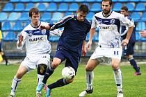 Zkušené duo David Frič (vlevo) - Tomáš Procházka (vpravo) vzalo do kleští chomutovského útočníka. Kladno vyhrálo 1:0.