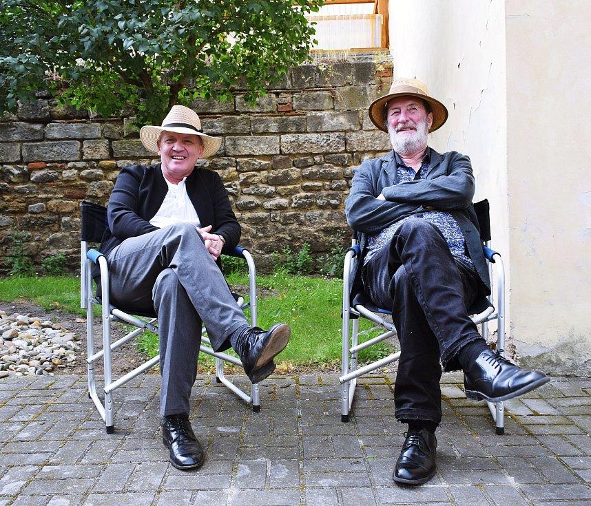 Kněz Zbigniew Czendlik a herec Bolek Polívka při natáčení filmu Gump. Foto: Zdroj: Helena Váňová Production