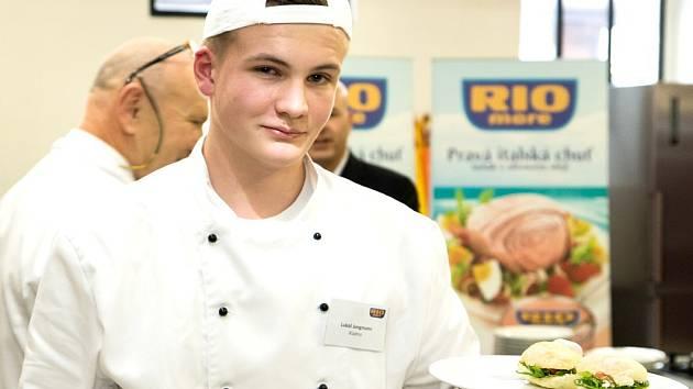 STUDENT PRVNÍHO ROČNÍKU Střední hotelové školy Kladno Lukáš Jungmann vyhrál celorepublikové finále soutěže Svačina roku s Rio Mare.