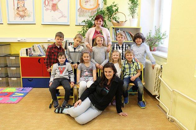 Prvňáčci ze ZŠ Velká Dobrá pod vedením třídní učitelky Hana Jelínkové (dole) a asistentky pedagoga Simony Pálková (nahoře).