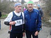 28. ročník Svatojánského běhu v Kladně. Jeden z tří zakladatelů závodu Láďa Tlustý (10) a předseda Maratonského klubu Kladno František Tůma.