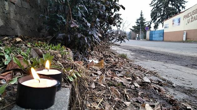 V Třebichovicích srazilo v sobotu večer auto osmdesátiletého muže. Ten na místě zemřel. Na místě tragédie vzniklo pietní místo.