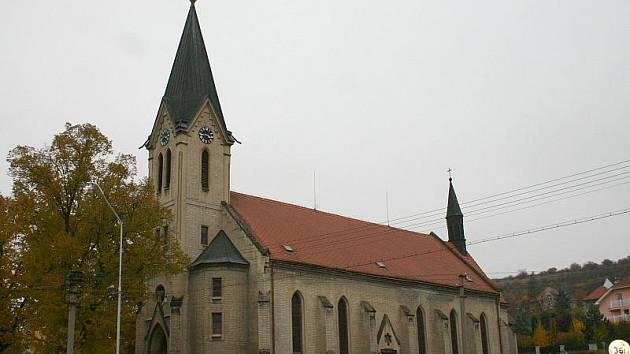 KOSTEL svatého Prokopa v Libušíně je v dobrém stavu. Hodnotu má bezpochyby desítky milionů korun, včetné té historické. Nehledě na to, že pozemky pod ním a kolem také něco stojí.