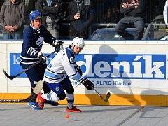 Hokejbalisté Kladna (v modrém) prohráli doma s Plzní 1:2 po nájezdech. Vlevo Hnízdil atakuje Benedikta