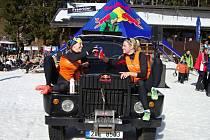 Premiéra Snow Volleyballu ve Špindlerově Mlýně se povedla i dvojici kladenského Vavřince - Elišce Gálové (vlevo) a Tereze Vaňkové.