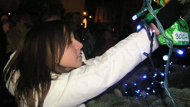 Z pohádkového vánočního stromu bude možné v neděli večer na náměstí Starosty Pavla utrhnout obálky s přáními dětí z dětských domovů.