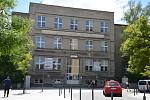 Maturanti ze SOŠ a SOU obchodní v ulici Edvarda Beneše v Kladně.