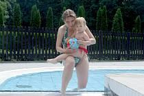 KRÁSNÉHO SLUNNÉHO počasí využila i dvouletá Terezka, která zavítala do kladenského koupaliště u Sletiště se svými tetami Dášou a Pavlínou (na fotografii).