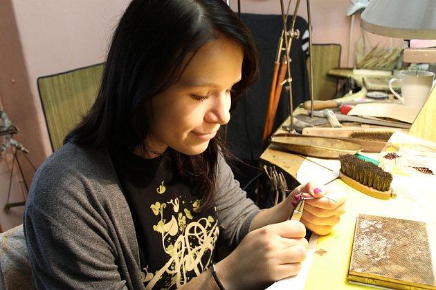 Šestnáctiletá Hana Dobnerová ml. při výrobě stříbrné obruby brože.