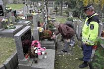 Kladenští strážníci při pravidelné kontrole hřbitova