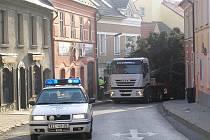Složitou situaci řešil řidič nákladního auta v ulici dr. Vrbenského.
