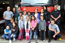 DĚTI SE PŘI NÁVŠTĚVĚ hasičské stanice v Kladně dozvěděly informace o práci hasičů, prohlédly si jejich výstroj a výzbroj i hasičská vozidla.