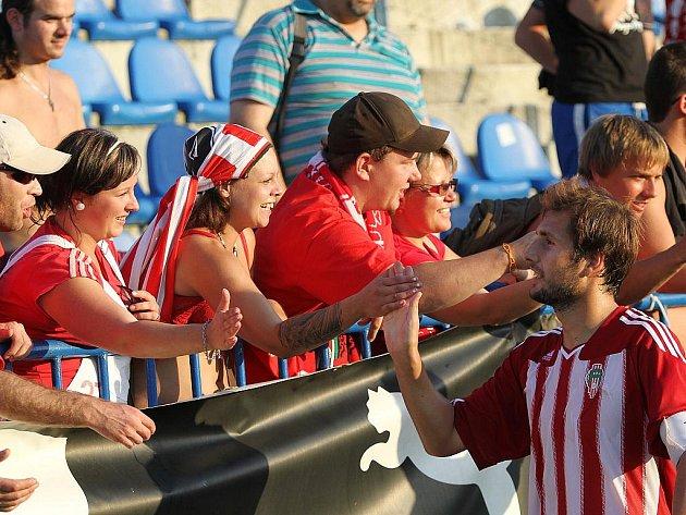 Tomáš Procházka se zdraví s diváky... // SK Kladno - FK Viktoria Žižkov 1:3 (0:3), utkání 3.k. 2. ligy 2010/11, hráno 22.8.2010