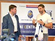 Slavnostní otevření hokejového sportovního centra ve Slaném za účasti Jaromíra Jágra (vpravo) i Jana Skopečka, radního pro oblast vzdělávání a sportu.