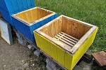 Prázdné včelí úly.