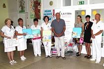 ZÁSTUPKYNĚ NADAČNÍHO FONDU La Vida Loca slavnostně předaly vedení kladenské nemocnice kufříky pro opuštěné novorozence.