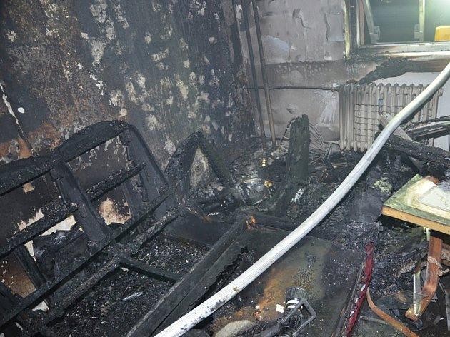 Oheň byt a jeho vybavení zcela zničil.
