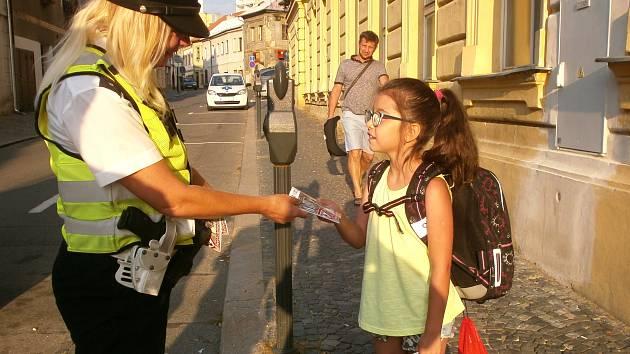 POLICISTÉ v těchto dnech hlídkují na přechodech pro chodce u kladenských i slánských základních škol.