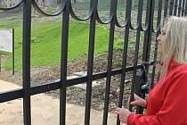Na zahradu buštěhradského zámku mohou lidé koukat zatím jen přes mříže
