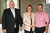 Hejtman Miloš Petera se zástupci vítězné obce Vraný.