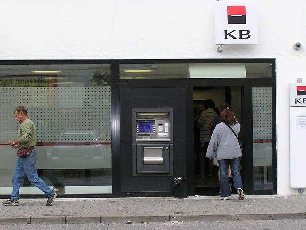V únoru Komerční banka přestěhovala do Italské ulice. Ani to ale nepomohlo, lupič si našel cestu i sem.