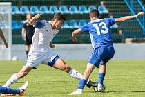 Fotbalisté SK Kladno (v bílém) hostili v přípravě Slovan Velvary. Hosté vyhráli 4:2. Vlevo Šnobl