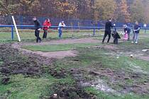 Brigáda na hřišti v Libušíně, kde četa pod vedením předsedy klubu Petra Bartoše pokládala nové travnaté pásy. Hřiště zničila několikrát divoká prasata.