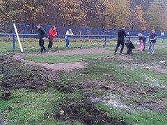 Brigáda na hřišti v Libušíně, kde četa pod vedením předsedy klubu Petra Bartoše pokládala nové travnaté pásy. Hřiště zničila nedávno divoká prasata.
