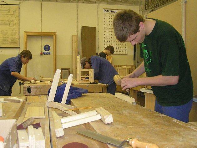 Studentky oboru krejčová se se svými modely pravidelně zúčastňují soutěží. Mezi nimi je i kladenská přehlídka absolventských prací studentů středních uměleckých a výtvarných škol A.