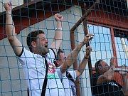 Velvary (v zeleném) prohrály v MOL Cupu s Hradcem Králové 0:1. Hradečtí fans slaví jedinou branku.